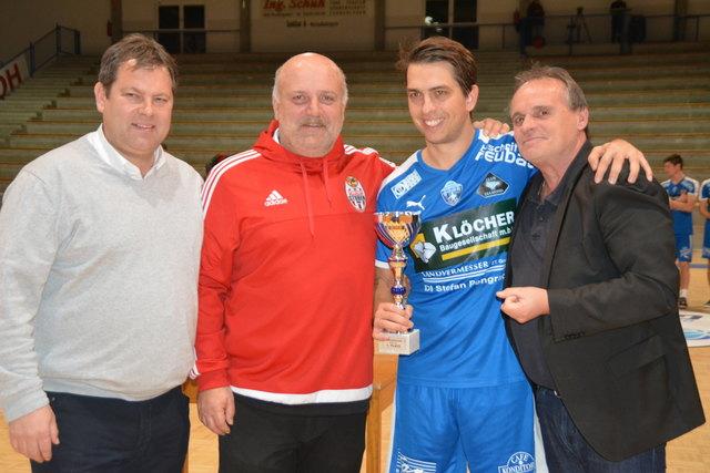 Turniersieg für die SV Oberwart: Obm. Roland Horvath, BFV-Vizepräs. Konrad Renner, Kapitän Marc Farkas und Präs. Gerhard Horn