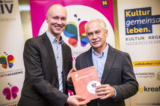 Am Foto: NÖ KREATIV-Geschäftsführer Rafael Ecker und Fotoakademie Horn-Referent Johann Fenz