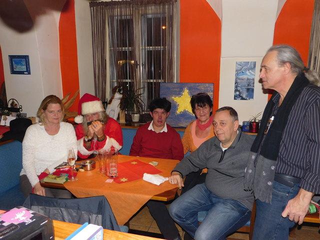 Jasmin Obrecht mit Weihnachtsmann, Marcel und Roswitha Brünner, Wikust und Christian Zablatnik