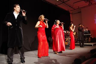 Andreas Lichtenberger, Maya Hakvoort, Tini Kainrath, Marjan Shaki und Ramesh Nair versetzten das Publikum stimmgewaltig in besinnliche Weihnachtsstimmung.
