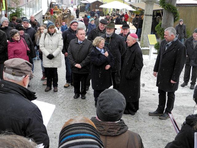 Startschuss mit Diözesanbischof Klaus Küng: Am Marienfeiertag öffnete der Adventmarkt in Bad Traunstein wieder seine Pforten.