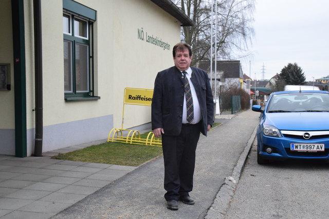 Verkehrsstadtrat Franz Pfabigan vor dem Kindergarten I. An dieser Position wird voraussichtlich noch im Dezember ein Behindertenparkplatz errichtet.