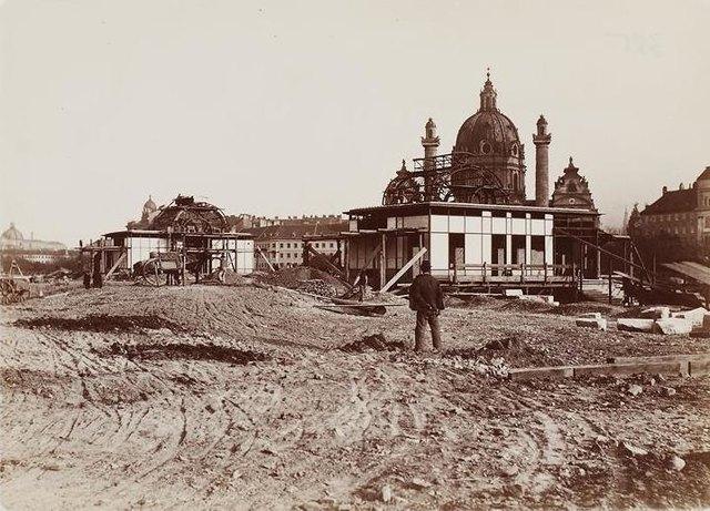 Eindrucksvolle Bautätigkeit zum Ende des 19. Jahrhunderts: Errichtung der Pavillons am Karlsplatz 1899.