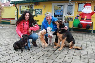 """Gaby und Rudi Wogrin vor ihrem """"Haus für Tiere"""" mit einem Teil ihrer eigenen Hunde"""