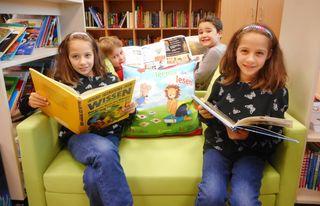 Anna, Eneas, Mario und Julia beim Schmökern