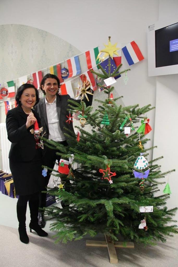 Das war der steirisch-europäische Christbaum aus dem Jahr 2016. Viel Spaß beim Schmücken hatten Landesschulratspräsidentin Elisabeth Meixner und Patrick Schnabl, Leiter der Europaabteilung des Land Steiermark.