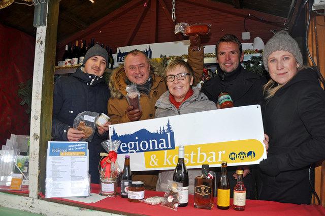 Andreas Plahcinski, Hans Stefan Hintner, Helga Schlechta, Christoph Kny und Patricia Plahcinski in der regional & kostbar-Hütte am Mödlinger Adventmarkt, wo eine große Vielfalt an regionalen Produkten zur Auswahl steht.