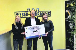 Nina Laub (Leiterin Human Resources) und Bernhard Obermayer übergaben den Scheck an Lisa Auer (v. l.).
