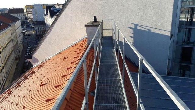 Von diesem Dach stürzte die 25-Jährige auf die Ullmannstraße.