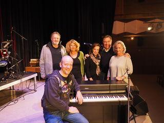 Die glücklichen Gewinner:  Franz Wolfgang und Regina Schlosser, Brigitte Hillbrand sowie Werner und Evelyn Grasl mit Andy Lee Lang.