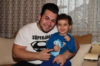 Unverletzt: Vater Orhan mit Sohn Azad Ali.
