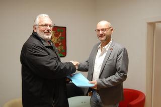 Kurt Bauer übergab 301 Unterschriften an den Ortschef von Großhöflein.