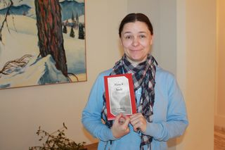 """Marion Labinsky mit ihrem Gedichtband """"A Hauch von Seele"""""""