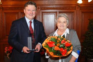 Einen Glaspokal für Aloisia Gergely gab es von Stadtrat Michael Ludwig.