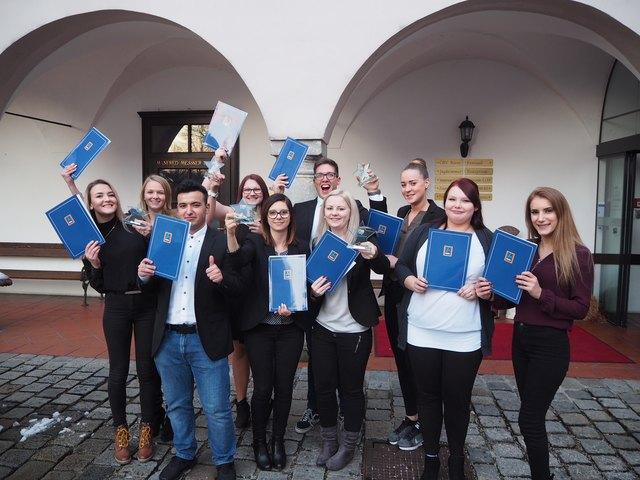 """HOFER ist stolz auf seine Führungskräfte von morgen: Grund genug, zehn HOFER-Lehrlinge aus Wien, Oberösterreich und Niederösterreich im Rahmen der Lehrabschlussfeier """"HOFER-Stars"""" gebührend zu feiern. 70 Prozent von ihnen haben ihre Lehrabschlussprüfung sogar mit gutem oder ausgezeichnetem Erfolg absolviert."""