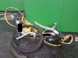 Das Fahrrad wurde von der U-Bahn überrollt.