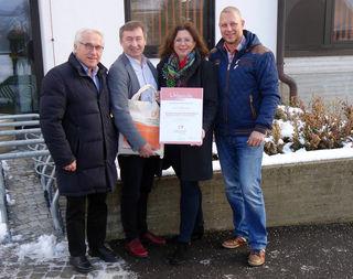 Bürgermeister Maximilian Titz und Biosphärenpark Direktor Dr. Herbert Greisberger übergaben im Beisein von Gerald Thlohy die Urkunde an Astrid Pillmayer.