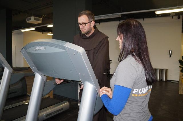 Pater Josua am Laufband, instruiert von Natalie Turk. Er ging es anfangs viel zu schnell an.