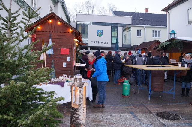 Gemütlich: Am Rathausplatz gab es bei offenen Feuerstellen weihnachtliche Musik und kulinarische Schmankerl.
