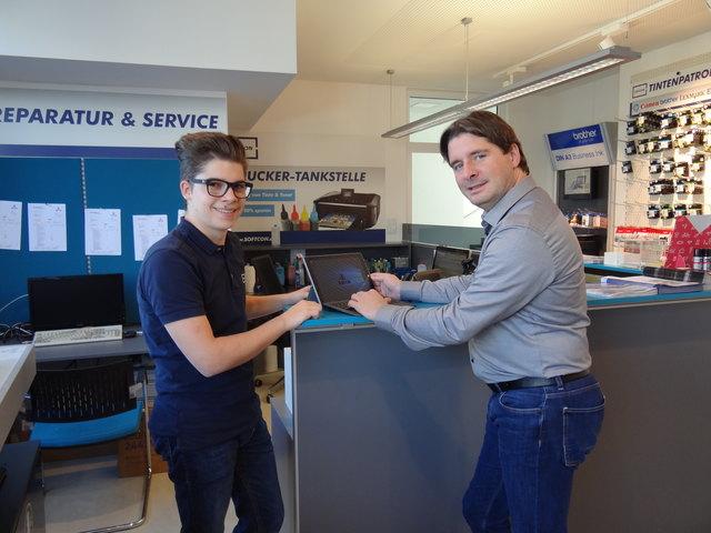 WB-Bezirksobmann Peter Seiwald mit Informatiker-Lehrling Maximilian Simair.