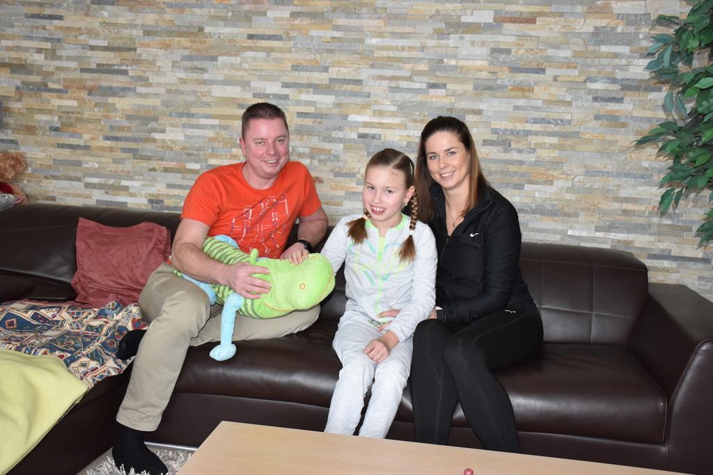 Dass Natalie hier sitzt und lächelt, zwei Sprachen spricht und zur Schule geht, hat sie dem Engagement ihrer Eltern Sarka und Stefan Jakopitsch zu verdanken