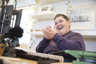Positiv: Die gelernte Weberin Andrea ist neu in der Bürstenbinderei.