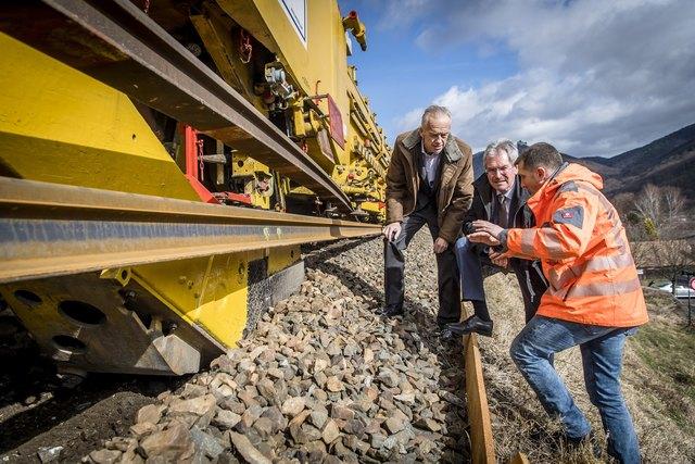 Die NÖVOG investiert weiter in Komfort und Sicherheit: Verkehrslandesrat Karl Wilfing und NÖVOG-Geschäftsführer Gerhard Stindl beobachten die Infrastrukturarbeiten