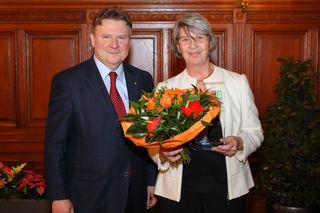 Einen Glaspokal für Helene Gruber, stellvertretend für ihren Gatten Günter, gab es von Stadtrat Michael Ludwig.