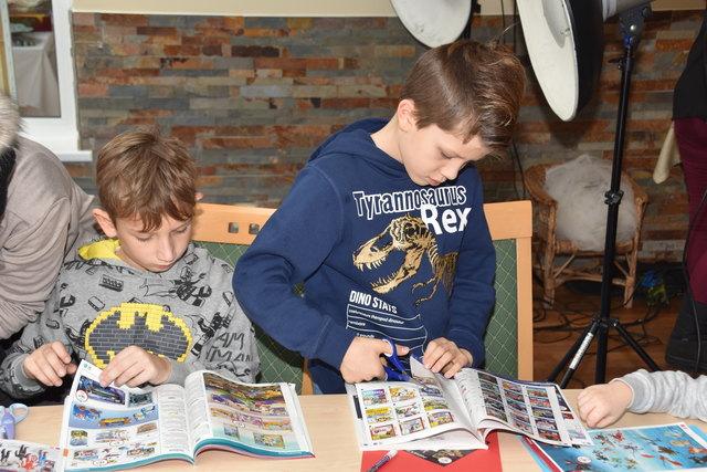 Ollersdorfer Kinder schrieben und beklebten gemeinsam die Briefe mit ihren Weihnachtswünschen.