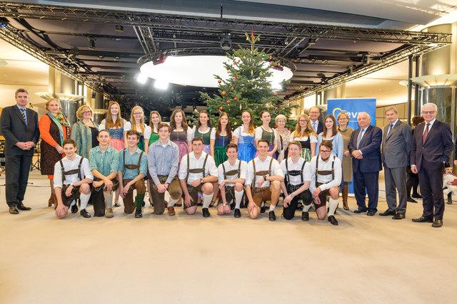 Das Musikgymnaisum Dreihackengasse bei der Aufstellung des Christbaumes im EU-Parlament in Brüssel