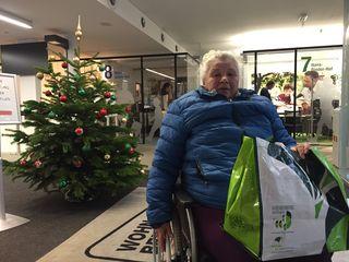 Elisabeth Hodosi bei der Wohnberatung: Die Hoffnung auf eine rollstuhlgerechte Wohnung ist groß, um wieder unbeschwert leben zu können.