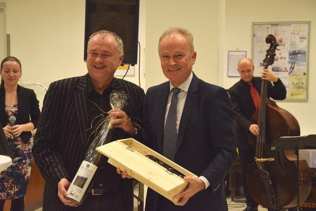 Abgeordneter zum NÖ Landtag Bürgermeister Hans Stefan Hintner übergibt das Abschiedsgeschenk von Landeshauptfrau Johanna Mikl-Leitner an Dipl. KH-BW Reinhard Fritz