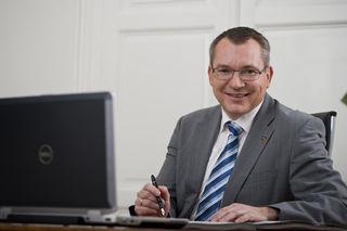 LR Johannes Tratter sieht den bisherigen arbeitsmarktpolitischen Einsatz bestätigt und fordert auch für das kommende Jahr 2018 den vollen Einsatz für den heimischen Arbeitsmarkt.