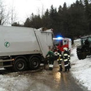 Ein Traktor zog den Müllwagen aus dem Schnee.