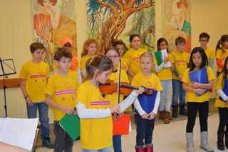 Clara Schmuckenschlager spielt Weihnachtslieder auf der Geige.