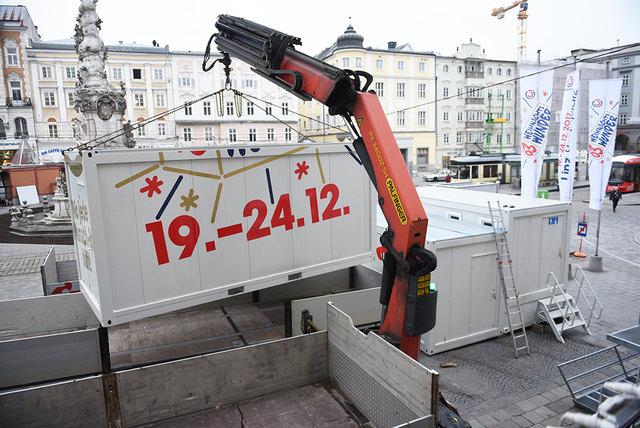 Aus der Ö3-Wunschhütte, einem Glascontainer am Linzer Hauptplatz, senden die Moderatoren Robert Kratky, Gabi Hiller und Andi Knoll 120 Stunden lang live.