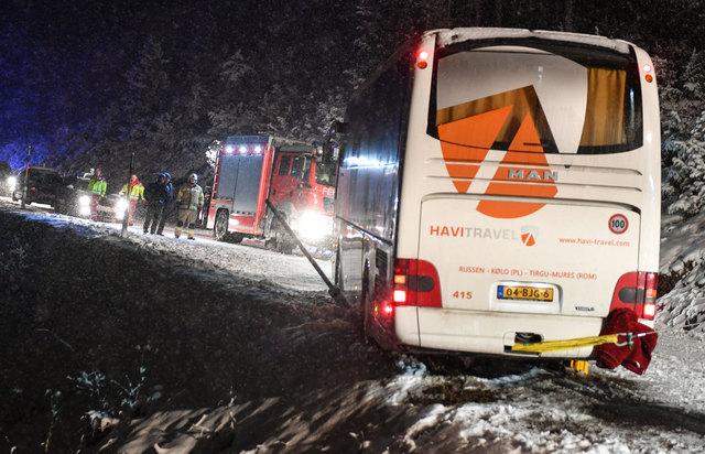 Hier fehlte nicht mehr viel bis zum Abgrund – die Feuerwehr war zur Stelle und sicherte den Bus!