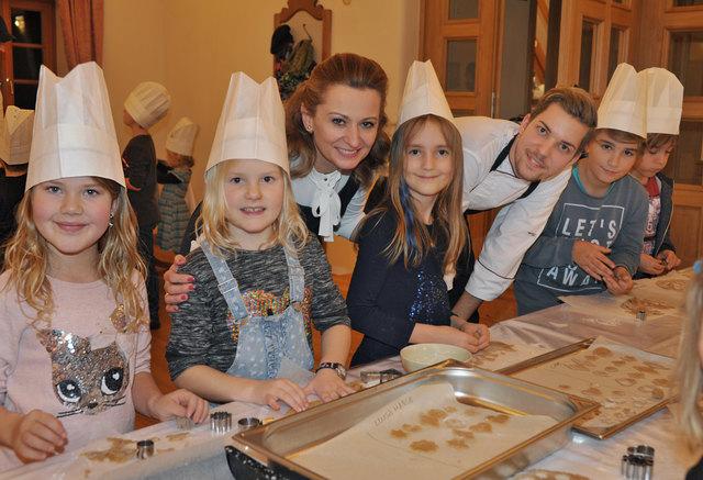 Renée Schüttengruber, Artist in Residence und Alex Ertl, Chef der Patisserie, in Schloss Thalheim mit Kindern beim Kekse backen.