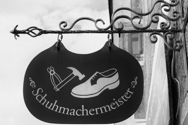 In einem kleinen Laden in Mödling werden mit viel Fingerspitzengefühl Schuhe noch mit Hand angefertigt.