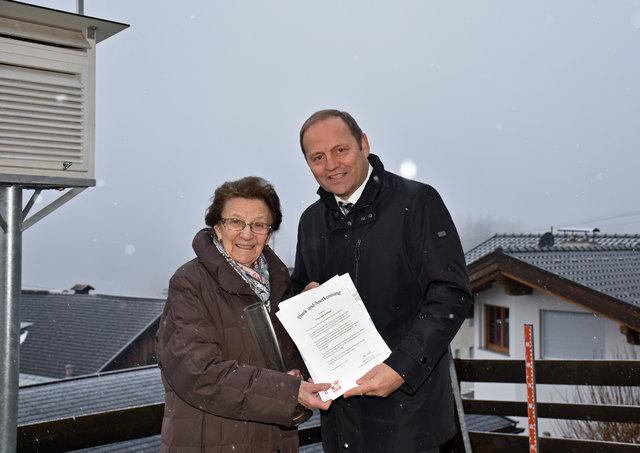 Dank und Anerkennung für 60 Jahre ehrenamtliche Beobachtung der Messstelle des Hydrographischen Dienstes in Trins sprach LHStv Josef Geisler der längst dienenden Beobachterin Ida Schlapp aus.