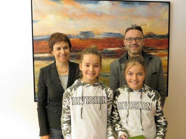 Die erfolgreichen Sammlerinnen Lena und Heidi von der NMS Vorderes Stubai mit AufBauWerk-Geschäftsführer Johann Aigner(re) und Studienrätin Maria Tschenett(li).