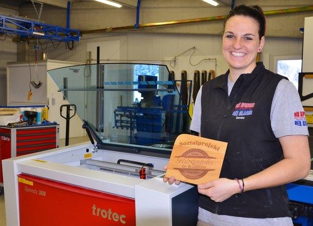 Sandra Margreiter am neuen Lasergravierer