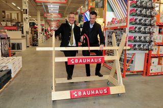 Sägerei zur Eröffnung: Bgm. Erich Ruetz und BAUHAUS-GF Heinz Reithner bei der Arbeit!