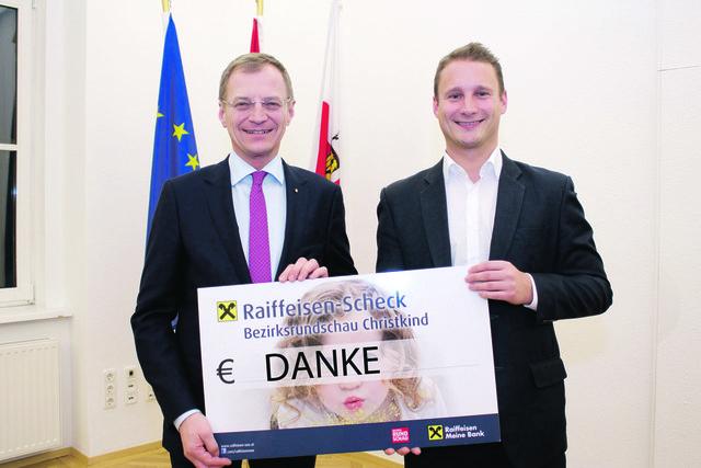 Landeshauptmann Thomas Stelzer (li.) übergab den Spendenscheck an Thomas Kramesberger (BezirksRundschau).