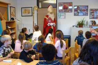 Der Nikolaus beschenkte die Kinder im Schülerhort Kitzbühel.