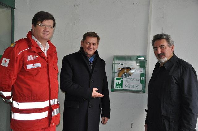 Neuer Defibrillator am Leobener Hauptplatz: Josef Himsl, Bezirksgeschäftsführer des Roten Kreuzes Leoben, Bürgermeister Kurt Wallner undWalter Fuhrmann, Obmann von styriamed.net Leoben (v.l.)