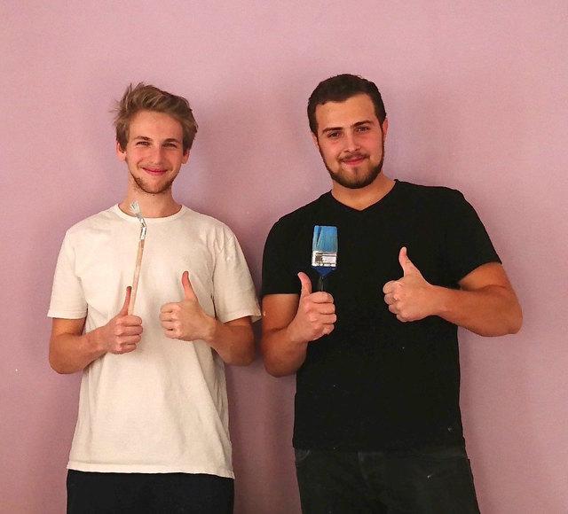 Werden überall gebraucht: Zivildiener wie Florian Gratt und Andreas Krimbacher (re.) packen in der Lebenshilfe mit an.