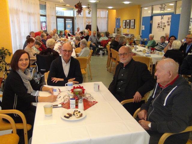 Hausleiter Dieter Schmidt (2.v.r.) und Hans-Wolfgang Strauss (2.v.l.) genossen bei der besinnlichen Adventfeier im Volkshilfe Seniorenzentrum Wagna den alkoholfreien Weihnachtspunsch.