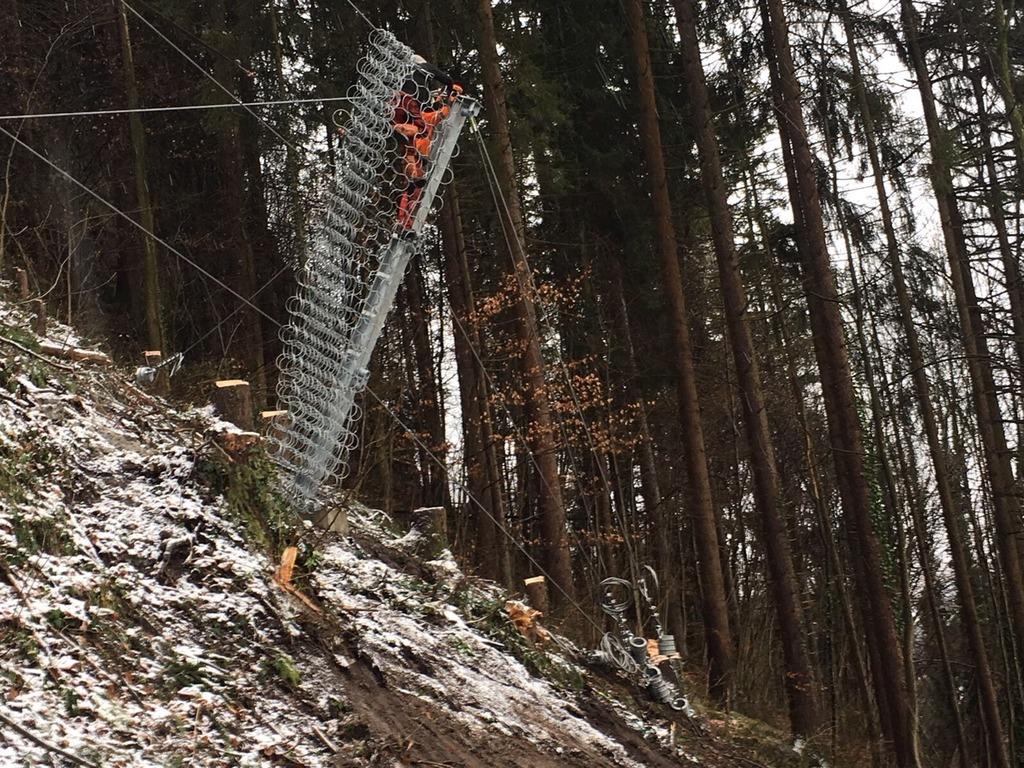 Die Arbeiten am Steinschlagschutzzaun laufen auf Hochtouren – Bild vom 14. Dezember