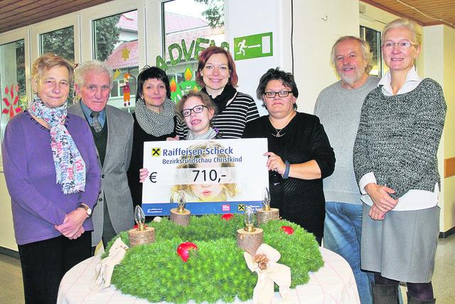 Die Familie von Laura Frühwirth mit Sylvia Lachinger (Elternverein), Lehrerin Bettina Auböck und Direktor Erich Pammer.